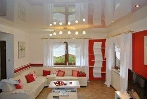 Гостиная 16 кв.м. - натяжные потолки с установкой люстры,3 точечных светильников