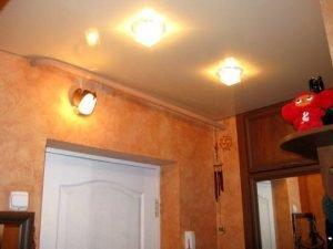 Прихожая 5 кв.м. - натяжные потолки с установкой 2 точечных светильников