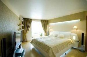 Спальня 12 кв.м. - натяжные потолки с установкой люстры