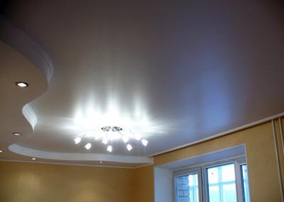 Двухуровневые натяжные потолки в гостиной