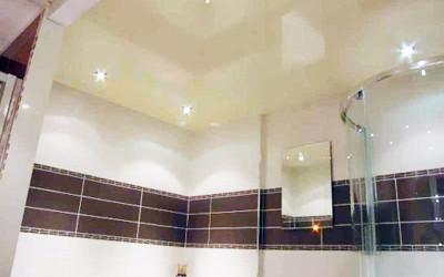 Почему в ванную лучше устанавливать натяжной потолок?