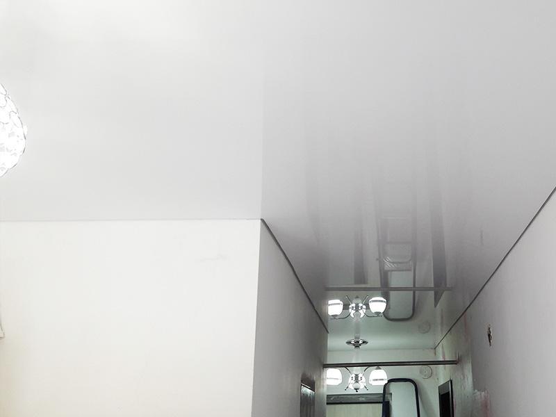 Прихожая 6 кв.м. - натяжные потолкис установкой люстры